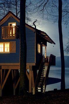 Ist das Schweden oder Dein NRW? Am Sorpesee im Sauerland kannst Du in gemütlichen Baumhäusern mit Blick aufs Wasser übernachten. Diesen und noch viele weitere Tipps für außergewöhnliche Übernachtungen in Deinem NRW findest Du hier! #deinnnrw © Paul Masukowitz