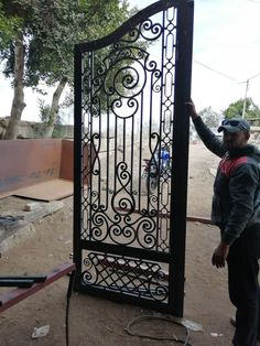 Grill Gate Design, Front Gate Design, Window Grill Design, Door Design, Steel Gate, Steel Doors, Metal Driveway Gates, Gate Pictures, Wrought Iron Doors