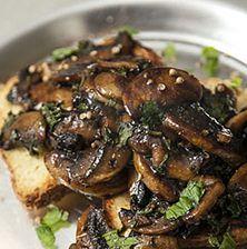 Ένας πρωτότυπος και σχεδόν μοναδικός τρόπος για να απολαύσετε τα μανιτάρια αλλιώς... Με μια σαλτσούλα από πετιμέζι, αρωματισμένα με κόλιανδρο και μπαχάρι, ίσως ο καλύτερος χορτοφαγικός μεζές που έχετε δοκιμάσει Vegan Vegetarian, Vegetarian Recipes, Cooking Recipes, Healthy Recipes, Greek Recipes, Veggie Recipes, Dessert Recipes, Food To Make, Stuffed Mushrooms