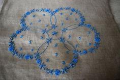 スウェーデン刺繍のリネンのクロス「花輪」の画像1枚目