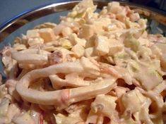 """Салат """"Искушение"""" с кальмарами, пекинской капустой, помидорами, яблоком"""