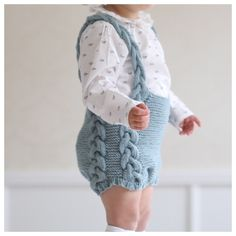 Baby Knitting Patterns Pants Paellas – great knitting patterns for babies, toddlers and children Knitted Baby Cardigan, Baby Pullover, Knitted Baby Clothes, Baby Knitting Patterns, Knitting For Kids, Baby Outfits, Kids Outfits, Tricot Baby, Baby Girl Fashion