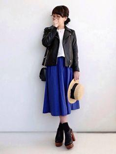 また青スカート 今日はちょっとオトナ目に着ました。  最近ヒールをほとんど履かないので、このサンダルのヒールの高さに違和感です