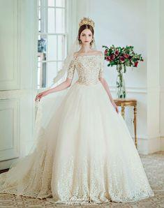 ZsaZsa Bellagio – Like No Other: Dreamy Wedding Inspiration Island Wedding Dresses, Classic Wedding Gowns, White Ball Gowns, Dress Vestidos, Elegant Bride, Wedding Photoshoot, Beautiful Gowns, Bridal Collection, Bridal Dresses
