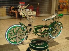 Lowrider Bikes with Hydraulics | Lowrider Bikes With Airbags This bike has airbags and i Cruiser Bicycle, Bicycle Girl, Custom Bikes, Custom Cars, Lowrider Bicycle, Drift Trike, Kids Ride On, Bmx, Low Life