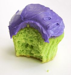 Hulk Cupcakes: White cake mix with green dye nd purple dye for icing. Barney Birthday Party, Barney Party, Hulk Birthday Parties, Superhero Birthday Party, Birthday Fun, Hulk Birthday Cakes, Birthday Ideas, Hulk Cupcakes, Pastel Cupcakes