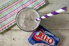Oreo Cookies and Cream Smoothie. Ice, jell-o cookies and cream instant pudding, vanilla Greek yogurt. Way less calories than a shake Healthy Milkshake, Healthy Smoothies, Healthy Drinks, Smoothie Recipes, Healthy Eats, Non Alcoholic Drinks, Fun Drinks, Yummy Drinks, Beverages