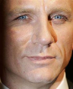 Daniel Craig up close and personal Rachel Weisz, Craig Bond, Daniel Craig James Bond, Hot British Actors, Daniel Graig, Hollywood Actor, Hollywood Stars, Gorgeous Men, Beautiful Eyes