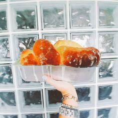 Já tentaram fazer brioche? É meio demorado de fazer o verdadeiro brioche francês. Tem que fermentar 3x. A massa ficou na geladeira de um dia para o outro. Mas o resultado...é tão compensador!