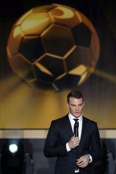 Manuel Neuer bekommt den Preis nicht. Er wäre der erste Goalie gewesen, der die Trophäe bekommen hätte. 12.1.15