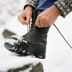 Dosadni beli tragovi soli na cipelama ne samo da izgledaju ružno, već i mogu da oštete kožu, a problem je u tome što se izuzetno teško odstranjuju. Srećom, sada imamo rešenje, i neće vas koštati ni dinara.