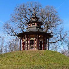 Die Eremitage eignet sich momentan recht gut für einen Spaziergang mit der Familie. Die Wege sind breit genug um den nötigen Abstand von eineinhalb Metern einzuhalten und es gibt ja ein paar Ecken in dieser wunderschönen Parkanlage die auch zu normalen Zeiten recht wenig frequentiert sind. Der Schneckenberg gehört dazu.  The Hermitage in Bayreuth is one of the most beautiful parks in the region. There are so many things to discover like this Chinese tower. Have you already been there? If not… Gazebo, Parks, Outdoor Structures, Beautiful, Bayreuth, Round Round, Nice Asses, Kiosk, Pavilion