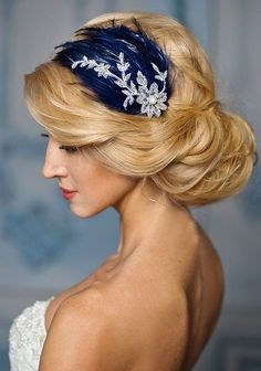 Holiday and winter brides, this article is for you! The most stunning color combo I can imagine for a winter affair is navy and silver – it's so winter-like! These colors are very contrasting and look gorgeous together...