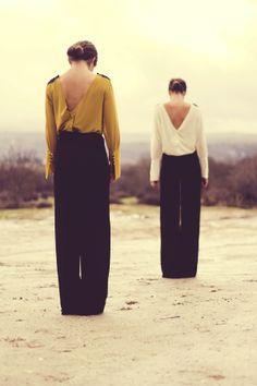 Camisa V mostaza con nudos en los hombros Camisa V beige con nudos en los hombros