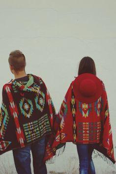 Poncho con estampado azteca para hombre y para mujer. La parte trasera, que incluye capucha, es una pasada ;)