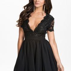 Koronkowa sukienka z dekoltem