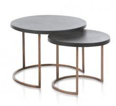 Deze eigentijdse set bijzettafels zijn helemaal hip! De tafeltjes hebben verschillende hoogtes en doorsnedes zodat je ze heel leuk bij elkaar kan zetten. De ene is 45cm rond en de andere 59cm.  Afmeting: 37x45x45cm 42x59x59cm (hxbxd)