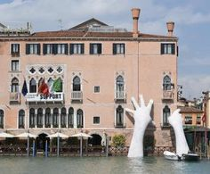 Deze handen benadrukken de klimaatveranderingen tijdens de Biënnale in Venetië
