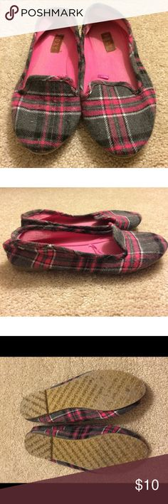 Pink and gray Roxy flats Roxy  plaid  flats  size 6 but do run large great condition These have been worn primarily as house shoes.  see pictures for extent of wear Roxy Shoes Flats & Loafers