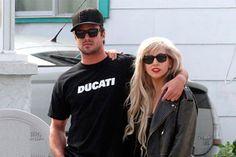 Gaga faz cerimônia de compromisso com noivo - http://metropolitanafm.uol.com.br/novidades/famosos/gaga-faz-cerimonia-de-compromisso