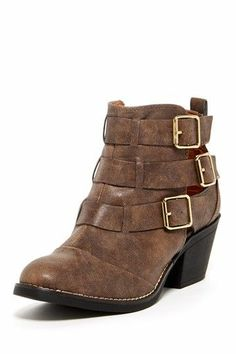 buckle boot.