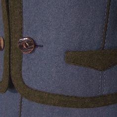 Sehr schönes edles Trachtenkostüm aus taubenblauem Loden mit Kragen, Taschen und Besätzen aus grünem Loden. Der Rock ist leicht gekräuselt, die passende Jacke hat zwei kleine Eingrifftaschen und...