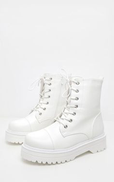 Fall shoe trends - White hiker boots, combat boots from Pretty Little Thing Dr Shoes, Swag Shoes, Oxford Shoes, Fashion Boots, Sneakers Fashion, Fashion Fall, Hijab Fashion, Street Fashion, Aesthetic Shoes