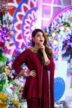 Brides side ( cousin/ distinct relative/ friend )on the Mehndi. Pakistani Frocks, Simple Pakistani Dresses, Pakistani Party Wear, Pakistani Fashion Casual, Pakistani Wedding Outfits, Pakistani Couture, Pakistani Bridal, Indian Dresses, Simple Lehenga