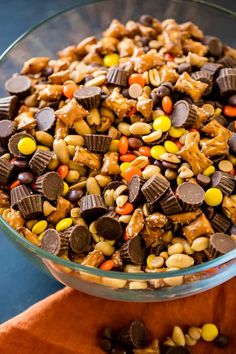a last minute snack recipe for a holiday party? Us too, so we are taking this easy 5 Minute Reese's Snack Mix with pretzels!Need a last minute snack recipe for a holiday party? Us too, so we are taking this easy 5 Minute Reese's Snack Mix with pretzels! Snack Mix Recipes, Yummy Snacks, Fall Recipes, Appetizer Recipes, Holiday Recipes, Healthy Snacks, Yummy Food, Dip Recipes, Trail Mix Recipes