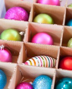 """#pergunteàPO - Nossa amiga e seguidora Anamaria Nipper pediu uma dica:    """"Bom dia, gostaria que vocês pudessem me ajudar, é simples. Como guardar centenas de bolas de Natal, arranjos, guirlandas e demais enfeites. Muito obrigada""""    Olá, Anamaria! Com criatividade podemos utilizar inúmeras peças que acomodem os enfeites de Natal. Pode abusar das caixas organizadoras, que em conjunto com o plástico bolha poderão acomodar aqueles enfeites delicados que quebram com facilidade.    Procure…"""