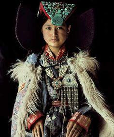 Femme portant une coiffe « perak » en turquoise et lapis lazuli – Monastère de Lamayuru – Ladakh – Inde du Nord (Petit Tibet) © Jimmy Nelson, Rijksmuseum Volkenkunde