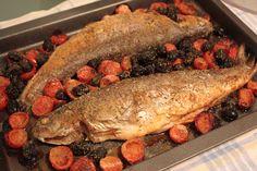 Trote al forno con pomodorini e olive nere, nessun grasso aggiunto.