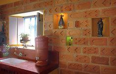 As históricas paredes da Fazenda Borba Gato receberam uma boa dose de valor com a reforma da designer de interiores Neza Cesar. Tijolos antigos, garimpados pela região de Pindamonhangaba, exibem seus desenhos e texturas na cozinha