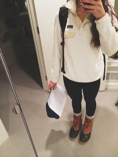 patagonia pullover and duck boots Preppy Outfits, College Outfits, Preppy Style, Cute Outfits, School Outfits, Fashionable Outfits, College Attire, Rainy Day Outfit For School, Preppy Fall