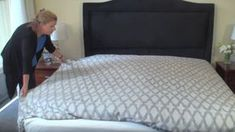 How to change your duvet cover like a professional Hacks Diy, Home Hacks, Diy Cleaning Products, Cleaning Hacks, Home Organisation, Home Upgrades, Bed Covers, Clean House, Good To Know