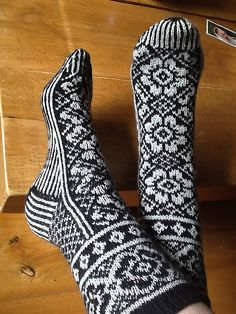 Syltara's Noorse Sok: Irish Dream pattern by DROPS design Knitted Slippers, Knitting Socks, Free Knitting, Knitting Patterns, Drops Design, Woolen Socks, Fair Isle Knitting, My Socks, Tights