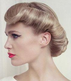 """Los peinados pin-up se caracterizan por los """"victory rolls"""" que consisten en mechones de cabello enrollados y fijados en la cabeza con pre..."""