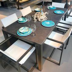 Mesa de comedor para seis personas - superficie en porcelanato - estructura en aluminio moka y asientos en polipropileno Outdoor Dining, Dining Table, Furniture, Design, Home Decor, Sapphire, Dining Room Tables, Building, Dining Rooms
