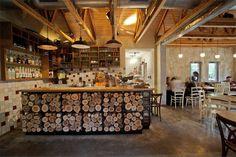 decoración rustica de un cafe restaurante-mostrador de troncos