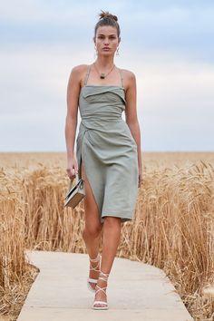 Jacquemus Prêt-À-Porter Printemps-Été 2021 - Défilé | Vogue Paris Fashion Week, Fashion 2020, Look Fashion, Runway Fashion, High Fashion, Fashion Show, Womens Fashion, Fashion Design, Fashion Trends
