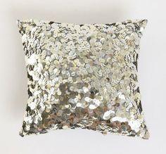 Almofadas de paetês são uma boa aposta para deixar a sala com um ar mais moderno. http://linkpink.com.br/wp-content/uploads/2011/11/almofada.jpg