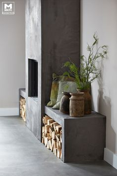 Don't always need stone....Onze gietvloer op basis van echt beton, stoere meubels, een lichte vergrijsde zandtint op de wanden, zwarte jalouzieen...een lekkere mix van mooie materialen! De schouw is afgewerkt in, het door ons ontwikkelde, cementstuc voor een robuuste uitstraling. www.molitli-interieurmakers.nl