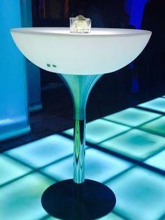 Mesa coctelera iluminada , de Bsquare Rentals