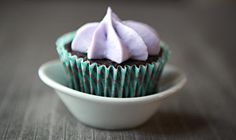 Easy-to-make Earl Grey chocolate cupcakes with lavender frosting. They taste like you're eating a cup of tea! Lavender Cupcakes, Lavender Cake, Cupcake Recipes, Cupcake Cakes, Dessert Recipes, Baby Cakes, Cup Cakes, Yummy Treats, Sweet Treats