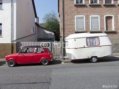 Britischer Austin Mini Kleinwagen mit Wohnwagen der Sechzigerjahre in Wettenberg Krofdorf-Gleiberg