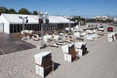 So schön kann eine mobile Eventlocation am Strand aussehen! Hier eine 450 m² große Alu-Zelthalle mit einer 180 m² großen Außenterrasse in Zusammenarbeit mit der @partyrentgroup