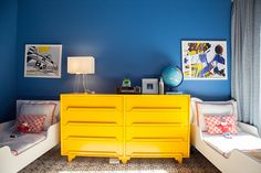 Chambre d'enfants chez Ferebee Taube, Bishop et Ford 4 ans, Clarke 2 ans | The Socialite Family #blue #yellow #design