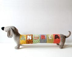 Diese niedlichen langen grauen Hunde können mit Ihrem Namen angepasst werden. Der Hund ist ein perfektes Schlafgenossen, Dekoration, um das Kinderzimmer, oder er kann in die Heckscheibe Ihres Autos...