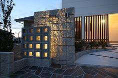 ブロックの隙間からこぼれる優しい光。人々の心を癒すぬくもりのある家。 #lightingmeister #pinterest #gardenlighting #outdoorlighting #exterior #garden #light #house #home #block #wall #shadow #warmth #healing #gently #gate #ブロック #壁 #光 #陰 #影 #ぬくもり #癒し #優しい #家 #門 #玄関 #エントランス Instagram https://instagram.com/lightingmeister/ Facebook https://www.facebook.com/LightingMeister