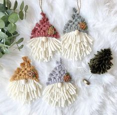 Macrame Art, Macrame Design, Macrame Knots, Weaving Projects, Macrame Projects, Crochet Crafts, Yarn Crafts, Diy Christmas Ornaments, Christmas Crafts